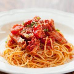 トマトとベーコンアマトリチャーナ
